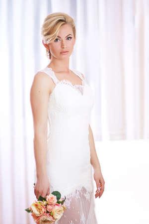 Belle jeune mariée avec des fleurs à la chambre Banque d'images - 57402438