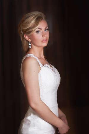 Portrait de la belle mariée heureuse sur un fond sombre Banque d'images - 57402911