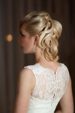 Jolie mariée coiffure sur un fond sombre Banque d'images - 58048337