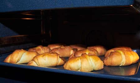 Ruddy gâteaux faits maison dans une casserole. Dans le four. Partie d'un ensemble Banque d'images - 66287667