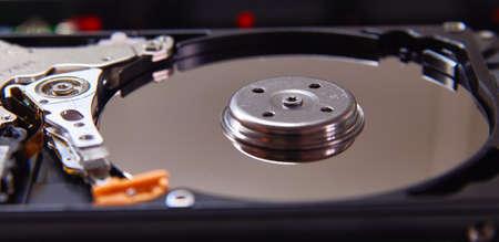 Disque dur démonté de l'ordinateur (HDD) avec des effets de miroir. Partie de l'ordinateur (pc, ordinateur portable) Banque d'images - 69633597