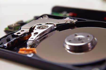 Disque de disque dur de l'ordinateur (HDD) avec effets miroirs. Partie de l'ordinateur (pc, ordinateur portable) Banque d'images - 69512721