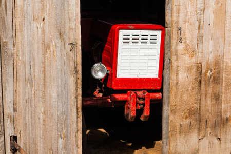 Tracteur rouge vintage Banque d'images - 75961318