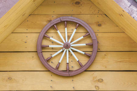 A hand-spinning wheel on the wall, half the roof Banque d'images - 104536378