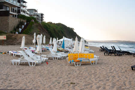 Evening sea beach with empty sunbeds and umbrellas. Banque d'images - 126054451