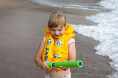 Young girl with yellow life jacket. Portrait. Banque d'images - 126054491