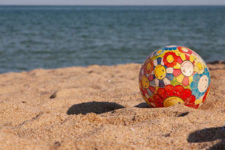 Childrens multi-colored ball on the beach Banque d'images - 126055537