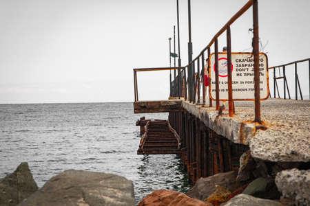 Rompeolas en la playa del Mar Negro
