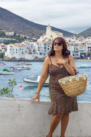 mujer: Cadaqu�s Pueblo, Mujer Paseando por el puerto