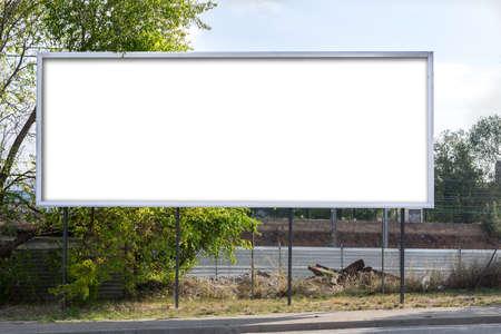 Horizontale billboard langs de weg (blank voor een ontwerper op een tekst te plaatsen. Beeld, bericht ..)