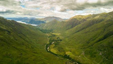 Drohnenfotografie der schottischen Highlands. Authentische Naturlandschaft Standard-Bild