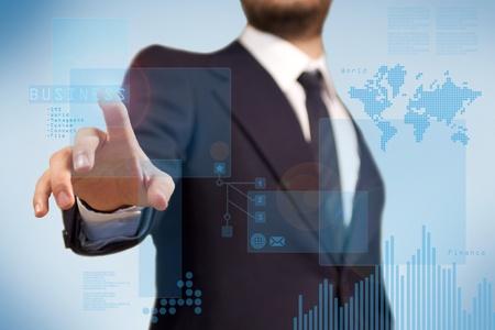 empujando: La tecnolog�a digital para la aplicaci�n de negocio, un hombre de negocios con una pantalla t�ctil de finanzas purpoise, diagrama y el histograma Foto de archivo