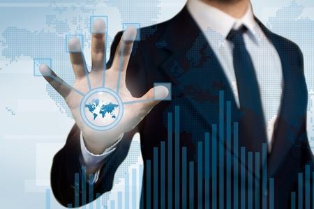 empujando: La tecnolog�a digital para la aplicaci�n de negocio, un hombre de negocios con una pantalla t�ctil para fines finace, diagrama y el histograma