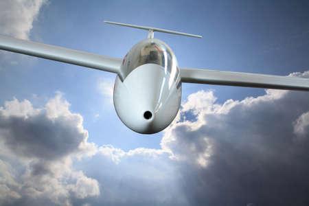 Vit segelflygplan flyger genom frontal regnmoln Stockfoto