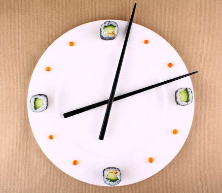 Time Concept med sushi på vit platta, ovanifrån Stockfoto
