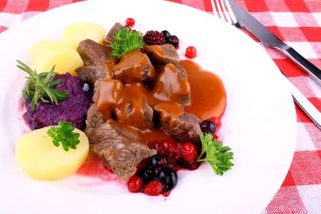 Kronhjort gulasch med potatis, Bourgogne sås och vilda bär, ovanifrån