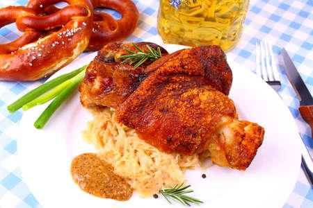 Grillad fläsk med söt senap, kringlor och öl, närbild Stockfoto