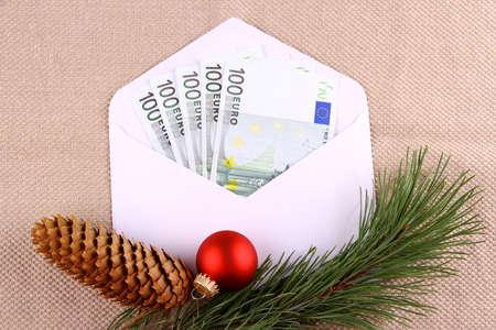 christmas deco: Quinientos euro del dinero en un sobre con una decoraci�n de Navidad, de cerca Foto de archivo