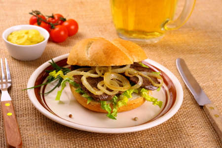 semmel: Ochsen Semmel - Grilled beef with onion rings in bun, close up Stock Photo