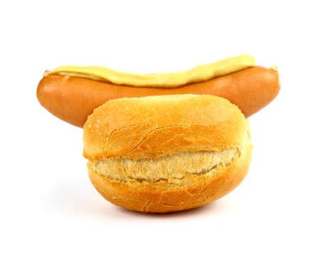 viandes et substituts: Saucisse allemande avec le pain et la moutarde, isol�