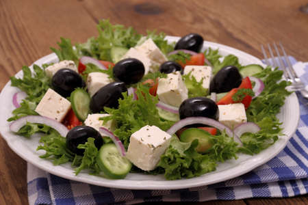 gigantesque: Salade grecque avec olives noires gigantesques, fromage de brebis, de pr�s