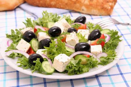 gigantesque: Salade grecque avec de gigantesques olives noires, fromage brebis, pain, fermer