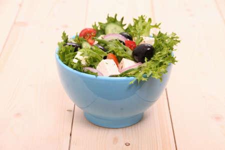 gigantesque: Salade m�diterran�enne, olives noires gigantesques, moutons fromage, de pr�s Banque d'images