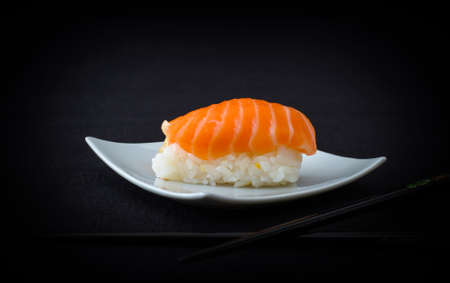downloaded: Salm�n Nigiri Sushi con palillos en horizontal negro