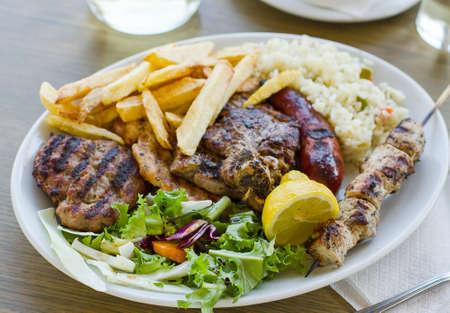 Mengen vlees plaat met frietjes, Grieks eten Stockfoto