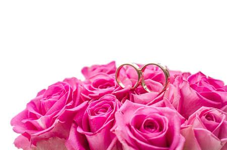 anillos de matrimonio: Dos anillos de bodas en rosas rosa, aislado arriba