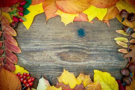 trompo de madera: Tabla de madera vieja con las hojas de oto�o, vista superior