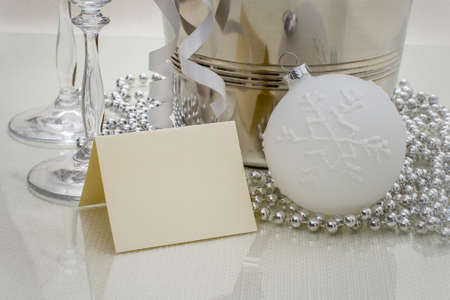 felicitaciones: Felicidades tarjeta de la escritura con la bola de la Navidad, horizontal