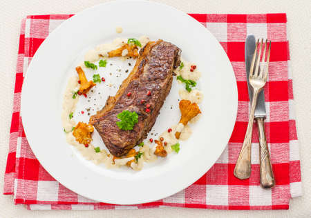 rump steak: Grilled rump steak with chanterelle mushrooms and cream sauce, top view