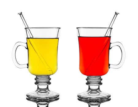 vin chaud: Deux verres avec vin chaud rouge et jaune, isol�, gros plan Banque d'images