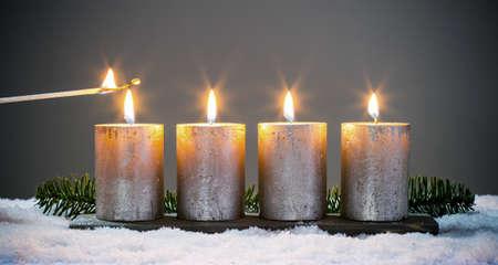 Lumière quatre avènements bougies avec des allumettes