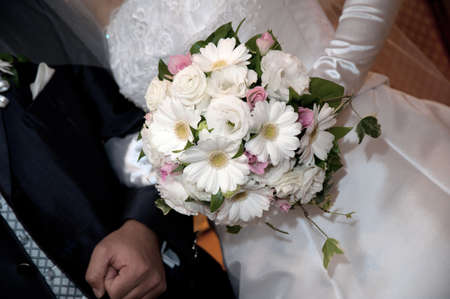 whiteness: Bride of brilliantly with shining bridal bouquet to the chest, a dazzling round flower arrangement of whiteness