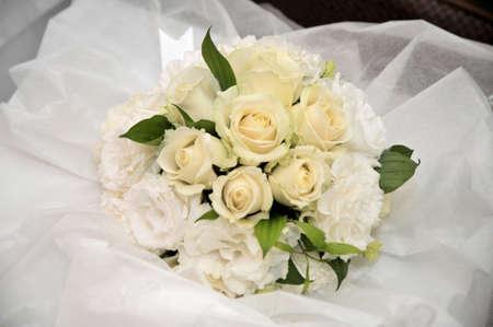 keynote: Ramo de la boda del tipo redondo con una rosa en apertura