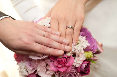 unveiling: The unveiling of two people wedding ring wedding ring a bridal bouquet in the background Stock Photo