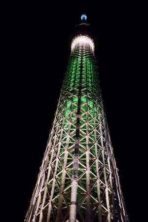 Tokyo-December 18, 2018: December 18, 2018 in Tokyo Oshiage. New symbol tower Tokyo Sky Tree that shines in the clear blue sky of downtown. Редакционное