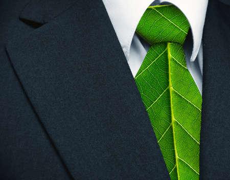 비즈니스 양복과 녹색 환경의 수비에서 자연 작업을 나타내는 넥타이와 같은 녹색 잎 스톡 콘텐츠