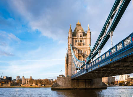 Side view of the majestic Tower Bridge, an iconic symbol of London, in warm sunset light. Imagens