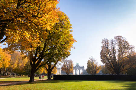 Sunny autumn morning in Cinquantenaire park with the Triumphal Arch in view Redactioneel