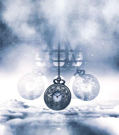 Orologio ipnotizzante su una catena che oscilla sopra le nuvole. Toni di blu