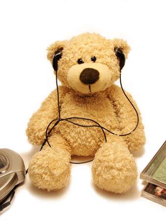 Oso de peluche escuchar música  Foto de archivo