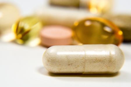 Opioïden: een afbeelding van een pil die wordt ingenomen met veel andere willekeurige pillen; middelenmisbruik; opioïde crisis Stockfoto - 87156755