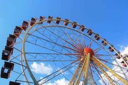 Ferris wheel over blue sky without people Banco de Imagens