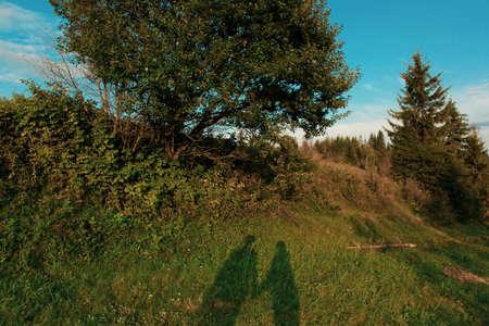Silhouette of lovers in the Carpathian mountains Foto de archivo - 132049051