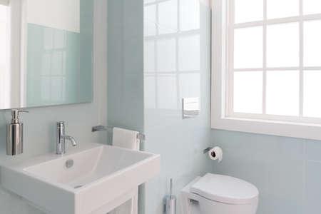 Baño limpio y fresco con luz natural