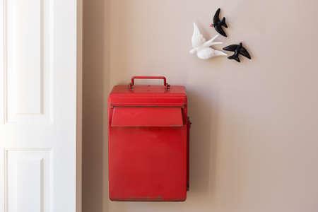 Rode brievenbus als woondecoratie