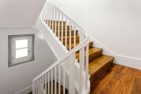 Hermosa escalera con piso de madera